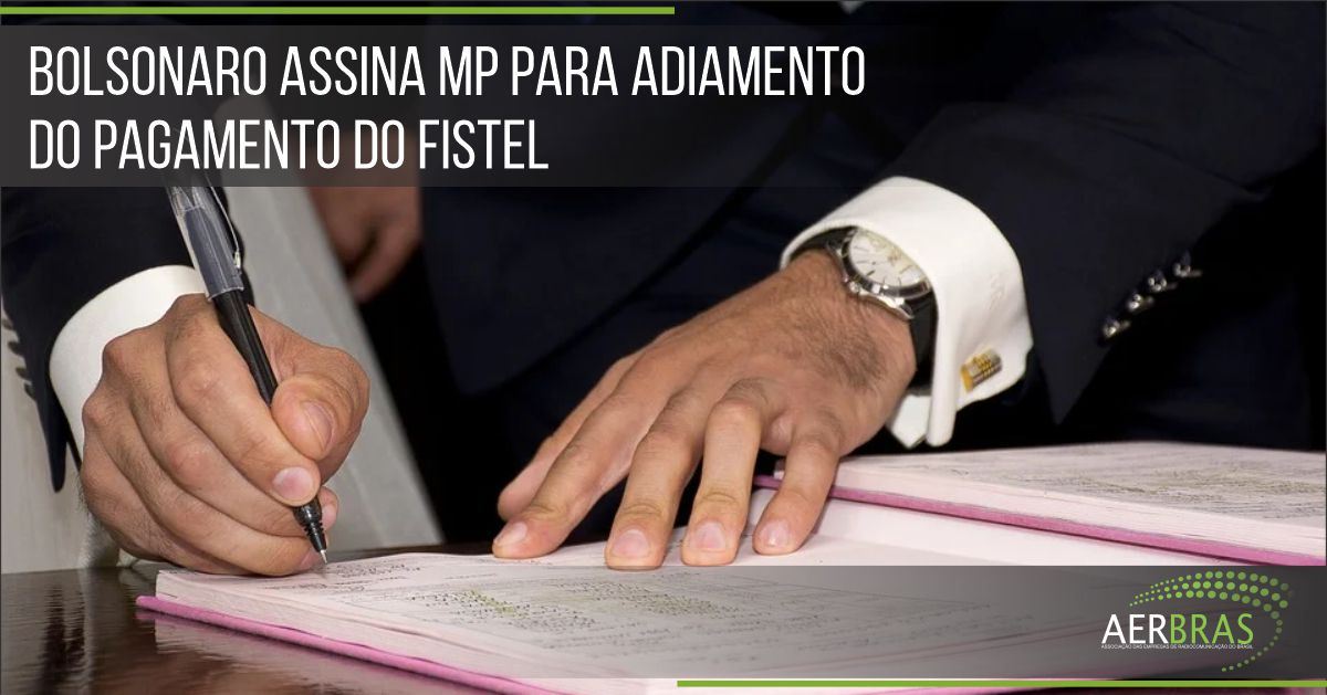 Bolsonaro assina MP para adiamento do pagamento do Fistel